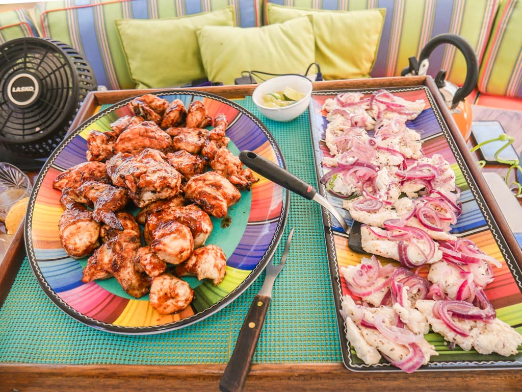chicken and fish lunch cayos cochinos from roatan tour