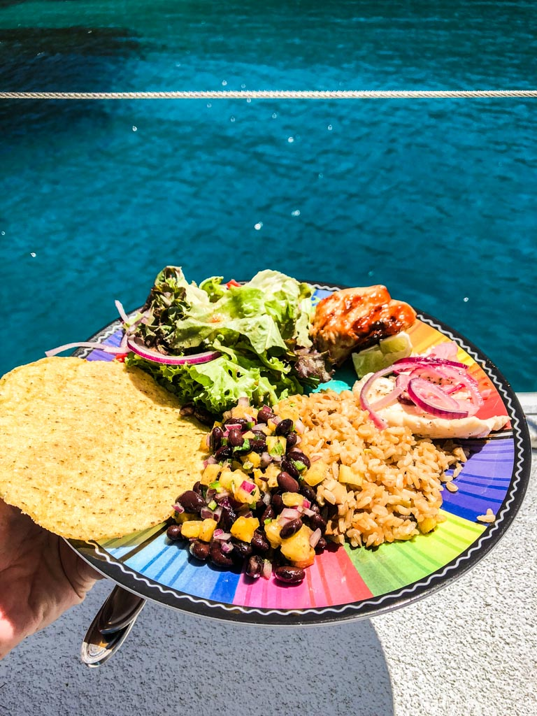 lunch on cayos cochinos from roatan tour