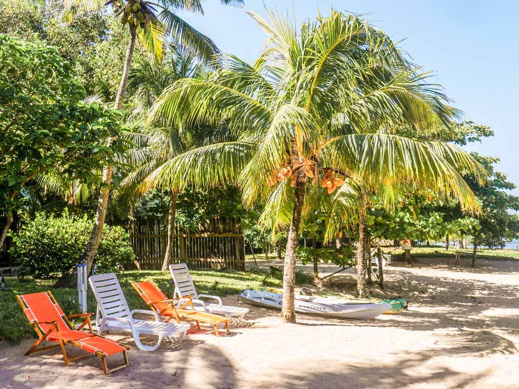 roatan hotel beach chairs